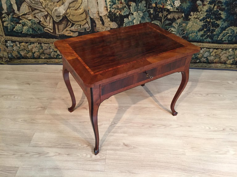 18th Century, Italian Louis XV Wood Center Desk In Good Condition For Sale In , IT