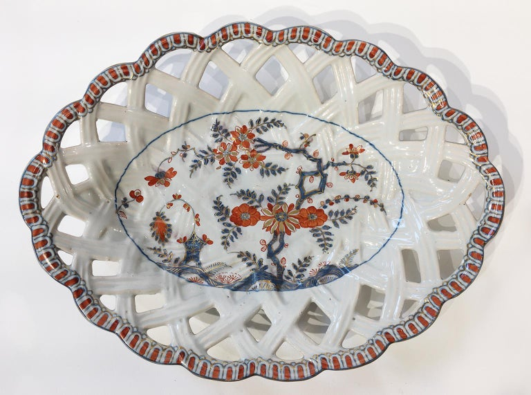 Five oval maiolica dishes with pierced edge Manufacture of Pasquale Rubati Milan, 1770-1780 Three small oval dishes 10.23 in x 7.67 in (26 cm x 19.5 cm) Two large oval dishes 10.82 in x 8.85 in (27.5 x 22.5 cm) State of conservation: