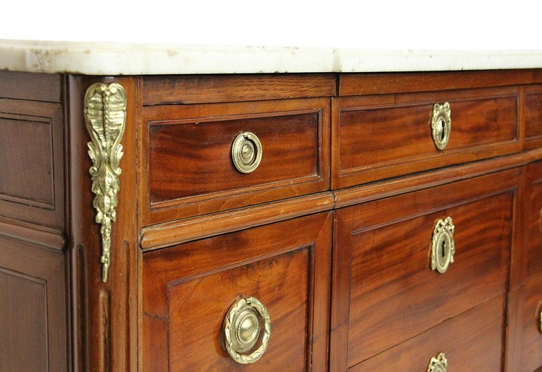 18th Century Mahogany Chest Stamped Conrad Mauter with White Veined Marble Top In Good Condition For Sale In EVREUX, FR