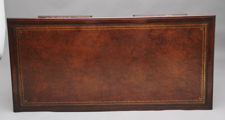 18th Century Mahogany Kneehole Desk For Sale 4