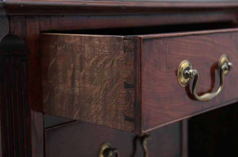 18th Century Mahogany Kneehole Desk For Sale 6