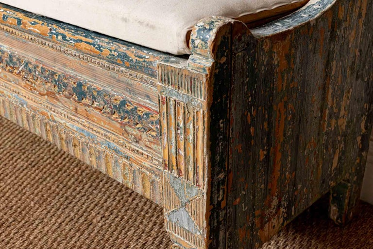 18th Century Norwegian Storage Bench with Carved Back Detail and Original Paint In Good Condition For Sale In London, GB