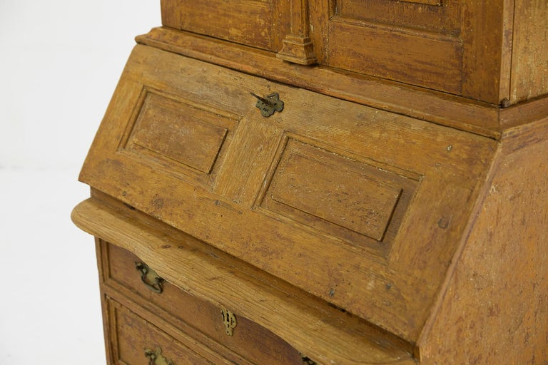 18th Century Pinewood Bureau Cabinet with Original Paint For Sale 1