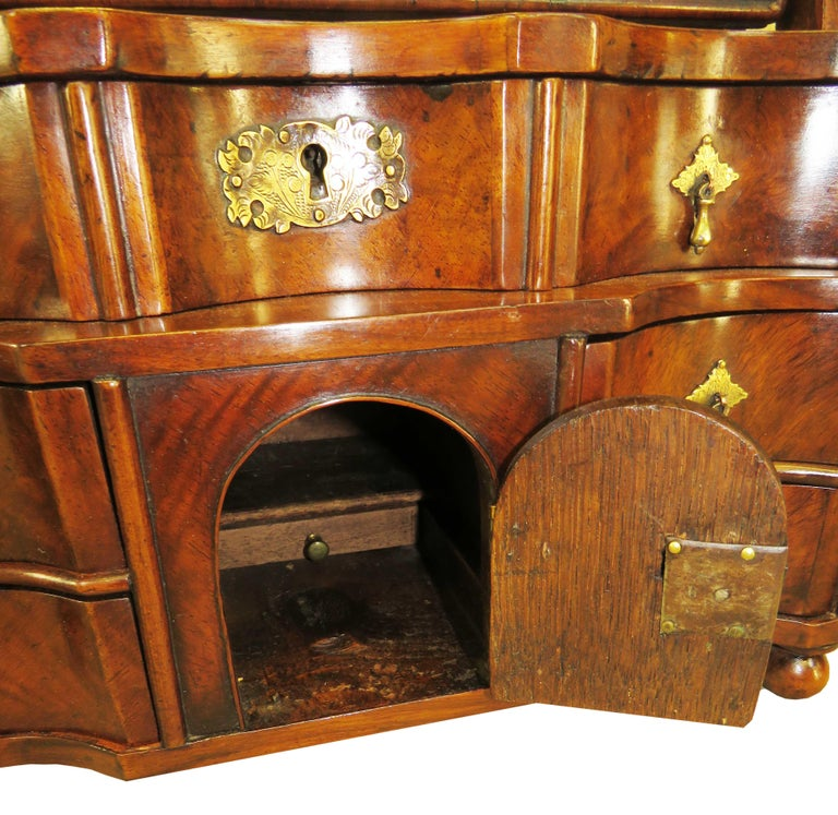 18th Century Queen Anne Walnut Dressing Table Mirror For Sale 1
