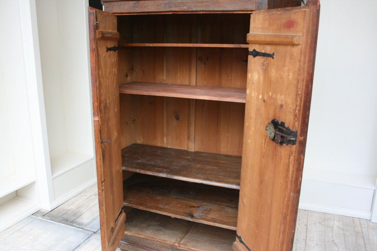 18th Century South German Armoire in Original Paint In Good Condition For Sale In Dusseldorf, DE