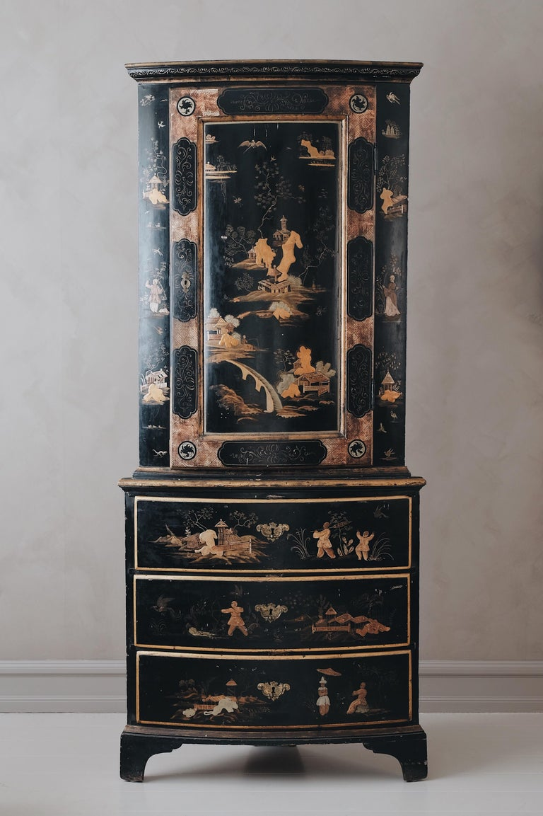 Remarkable and very rare 18th century Swedish late Baroque chinoiserie corner cabinet, circa 1750, Stockholm.  Embodying the 18th century European dream of China with its Chinese motifs made in golden and silver leaf. Although this cabinet has