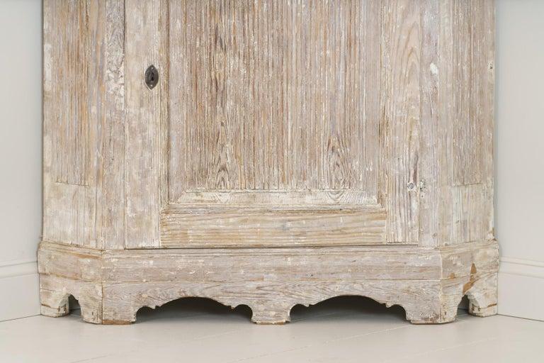 18th Century Swedish Baroque Period Corner Vitrine Cabinet in Original Paint For Sale 7