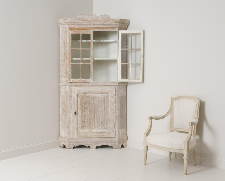 Hand-Crafted 18th Century Swedish Baroque Period Corner Vitrine Cabinet in Original Paint For Sale