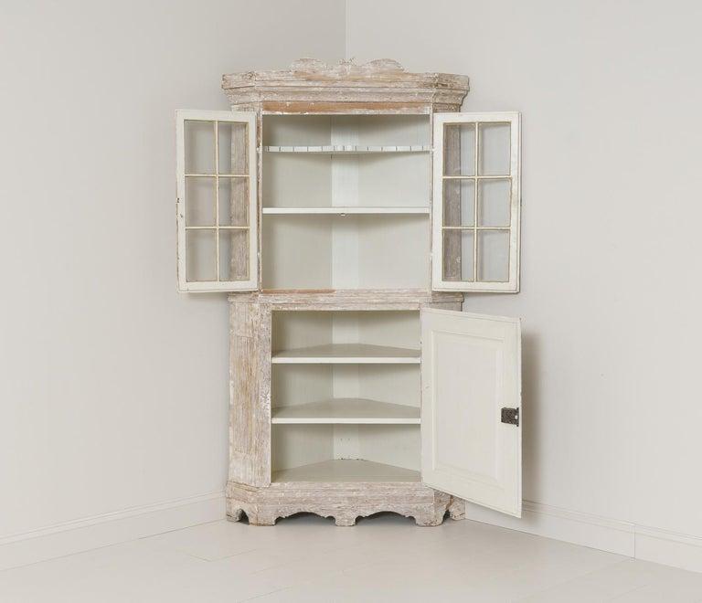 18th Century Swedish Baroque Period Corner Vitrine Cabinet in Original Paint In Good Condition For Sale In Wichita, KS