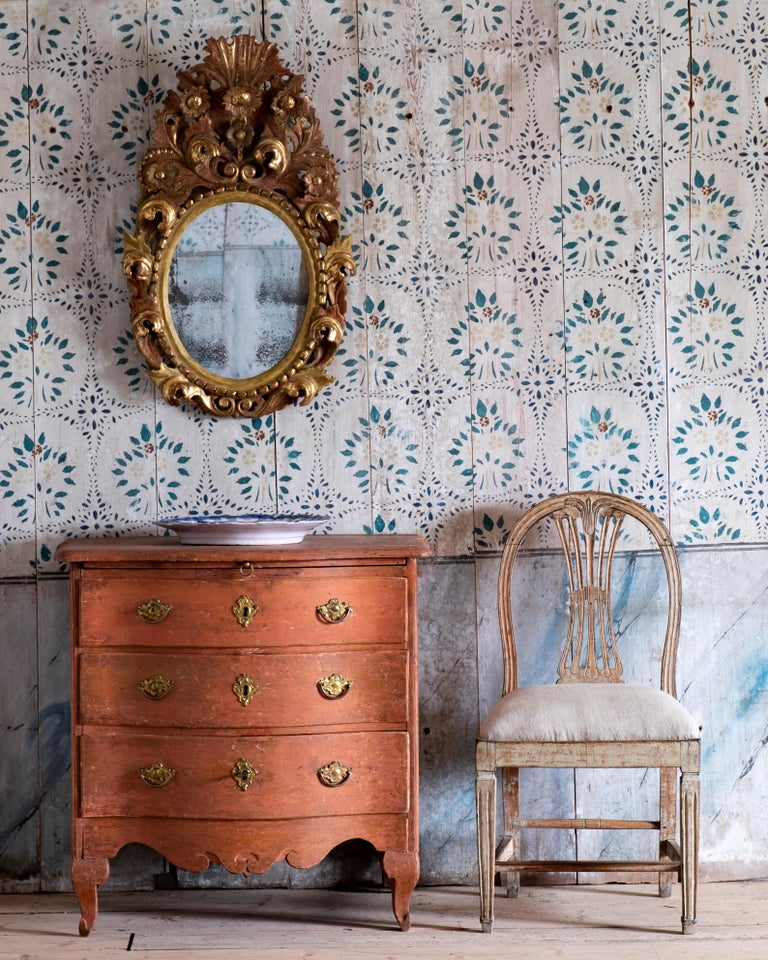 Remarkable 18th century Swedish Rococo commode with a pull-out tray, circa 1760 Stockholm. Lovely curves to the front skirting and cabriole legs with restraint elegant carvings details.   Very good condition with wear consistent with age and use.