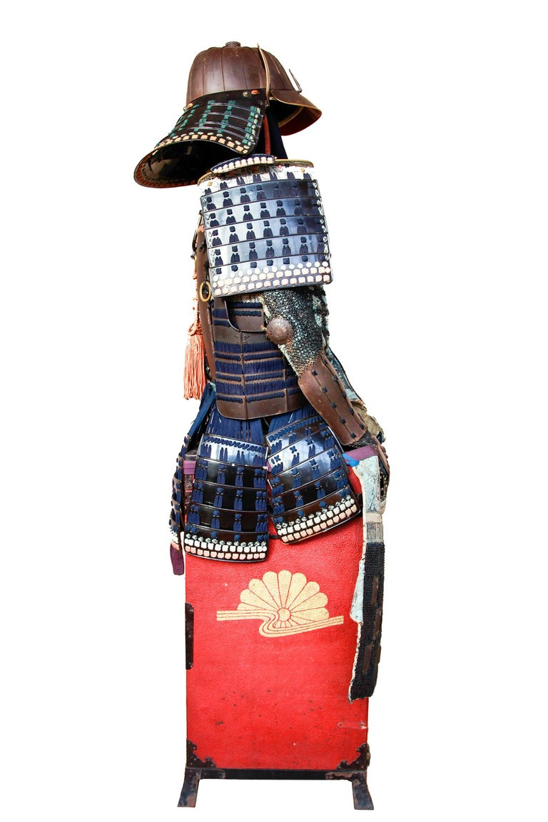 18th Century Yoroi Japanese Decorative Samurai Armour with Original Box In Good Condition For Sale In London, GB