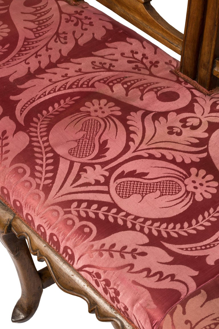 18th Century Spanish Wood and Silk Fabric Carlos III Chair Back Sofa In Good Condition For Sale In Madrid, ES
