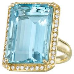 18 Karat Yellow Gold 19 Carats Emerald Cut Aquamarine Diamond Cocktail Ring