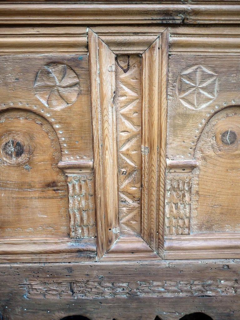 1900 Carved Wood Blanket Chest In Good Condition For Sale In Albignasego, IT