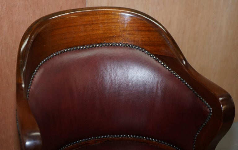 1900 Wylie & Lochhead by Appointment to the King Oxblood Leather Captains Chair In Good Condition For Sale In London, GB