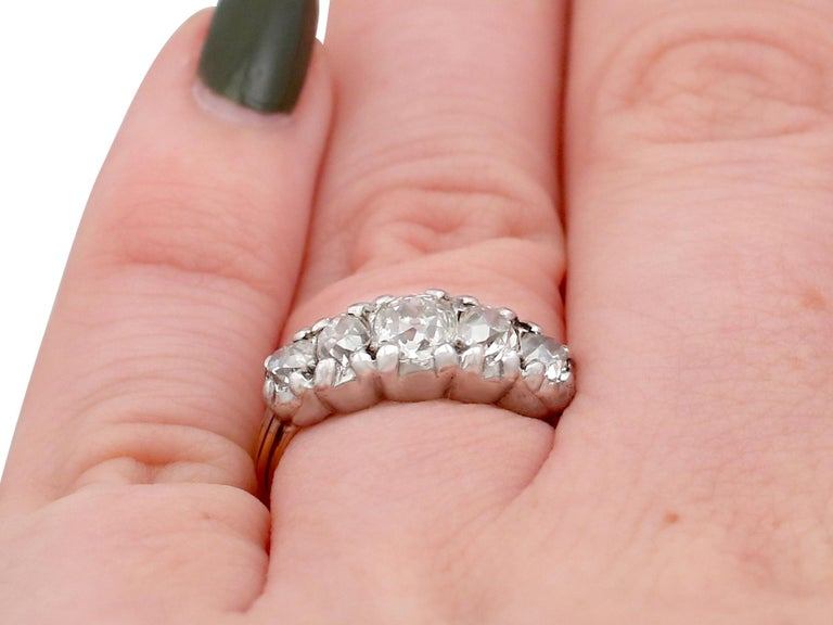 1900s Antique 1.32 Carat Diamond and Yellow Gold Five-Stone Ring For Sale 3