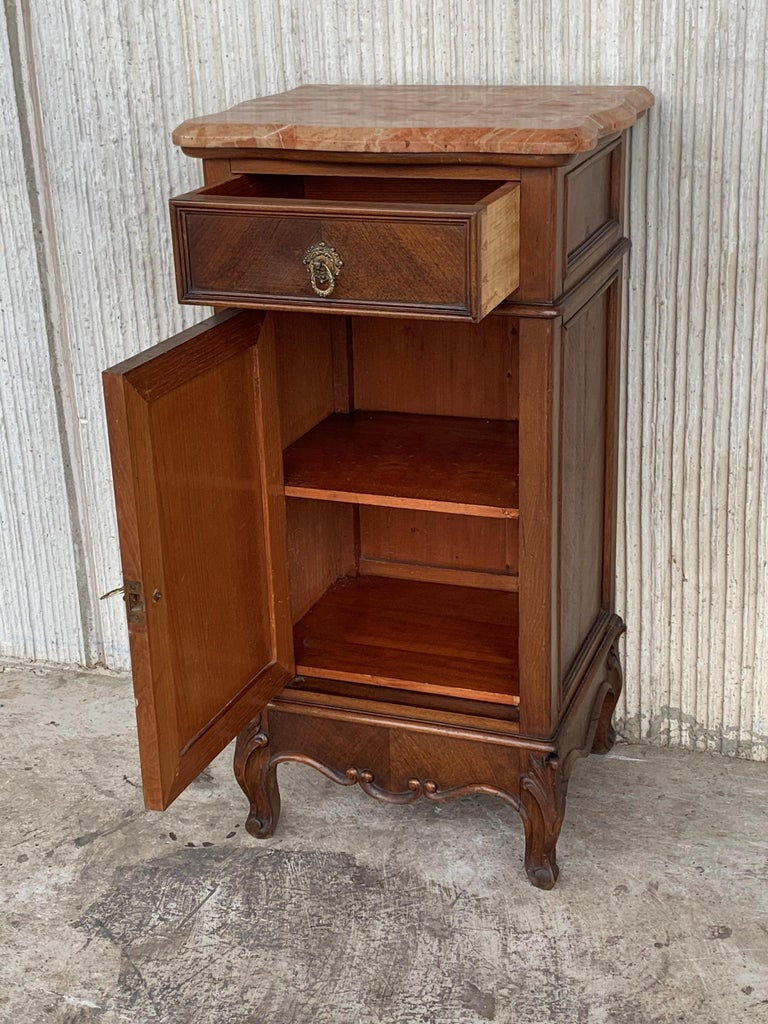 1900s, Art Nouveau Pair of Walnut Nightstands with Crest and Marble Top In Good Condition For Sale In Miami, FL