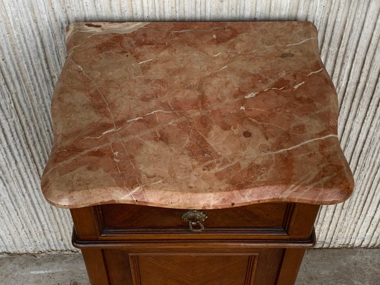 1900s, Art Nouveau Pair of Walnut Nightstands with Crest and Marble Top For Sale 1