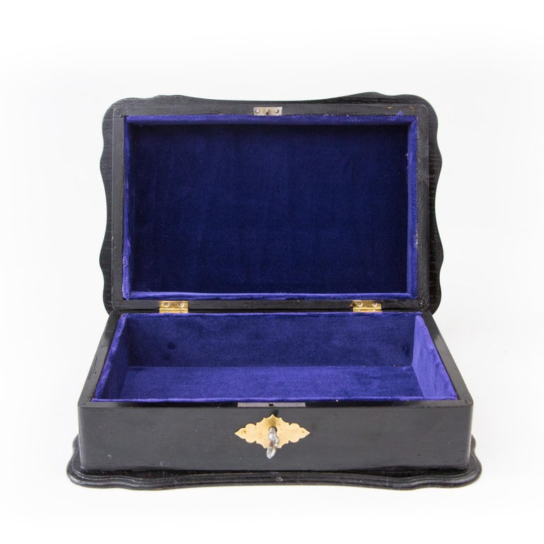 1900th Art Nouveau Jewelry Box with Application In Good Condition For Sale In Krakow, małopolskie