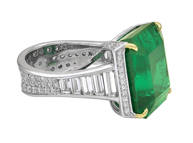 19.09 Carat African Emerald and Diamond Ring In Excellent Condition For Sale In New York, NY