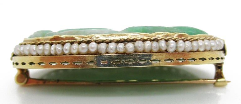 1910 Arts & Crafts 14 Karat Yellow Gold Carved Jade and Seed Pearl Brooch For Sale 1