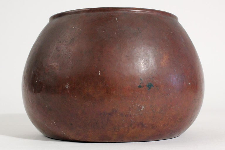 Very early and rare Dirk Van era & D'Arcy Gaw hand-hammered copper jardiniere/vase, circa 1910. The sides have a light warty design and feel. Side seam is dovetailed and has a rolled top edge. Signed on the bottom with both names and the windmill