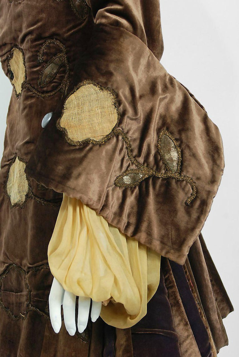 Antique 1910's Edwardian Brown Velvet & Gold Lamé Wide Cuff Theatrical Jacket  In Good Condition For Sale In Beverly Hills, CA