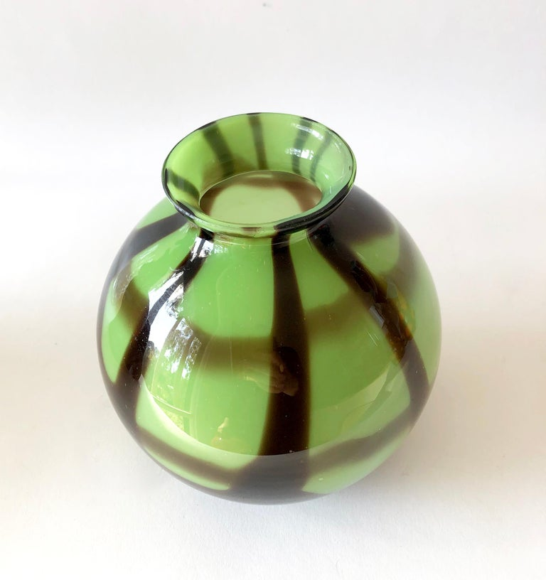 1920s Art Deco Czechoslovakian Bohemian Webbed Art Glass Ball Vase Collection For Sale 4