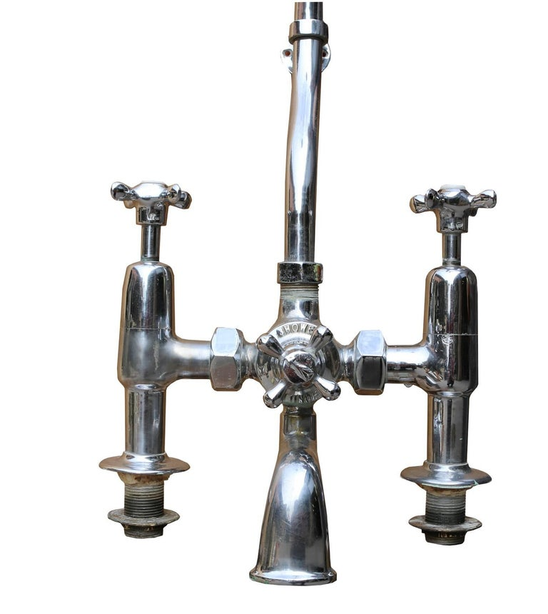 This set is in good condition. The taps have not been tested but have come straight from a working bathroom and the chrome is in reasonable condition. Measure: Total height from the base of the taps to the top 175 cm Tap height 23.5 cm Shower