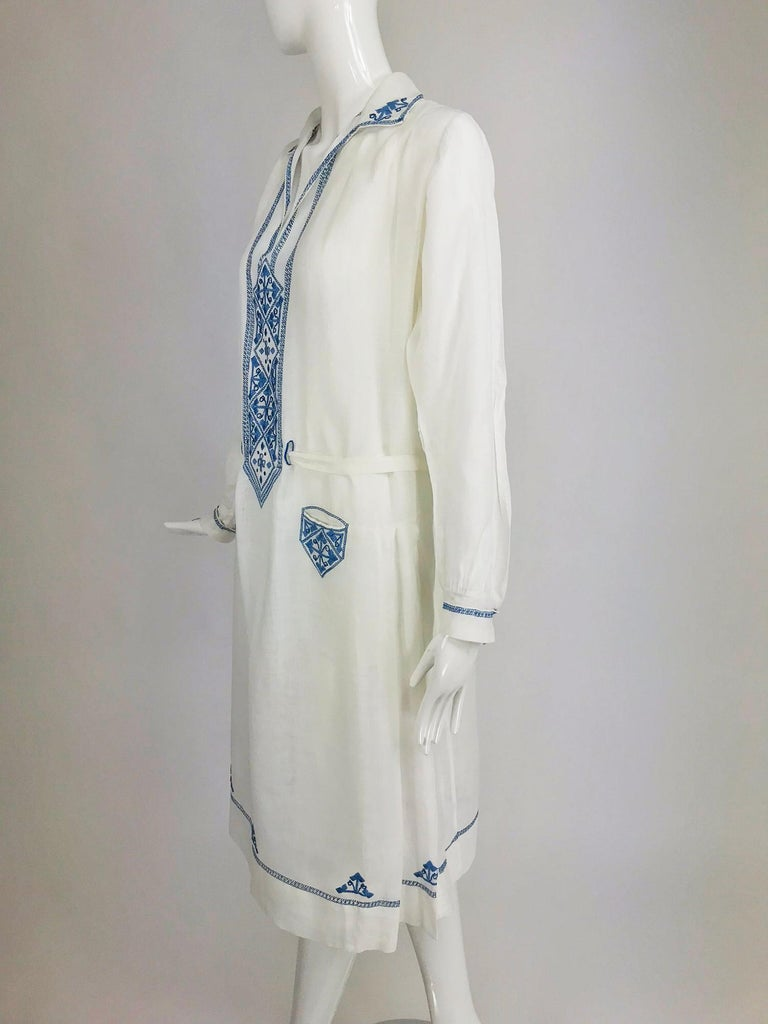 1920s Arts and Crafts Hand Embroidered Blue and White Linen Day Dress In Good Condition For Sale In West Palm Beach, FL