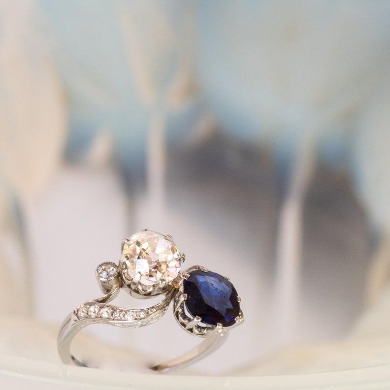 1920s French Sapphire Diamond Gold Toi et Moi Ring In Excellent Condition For Sale In Poitiers, FR