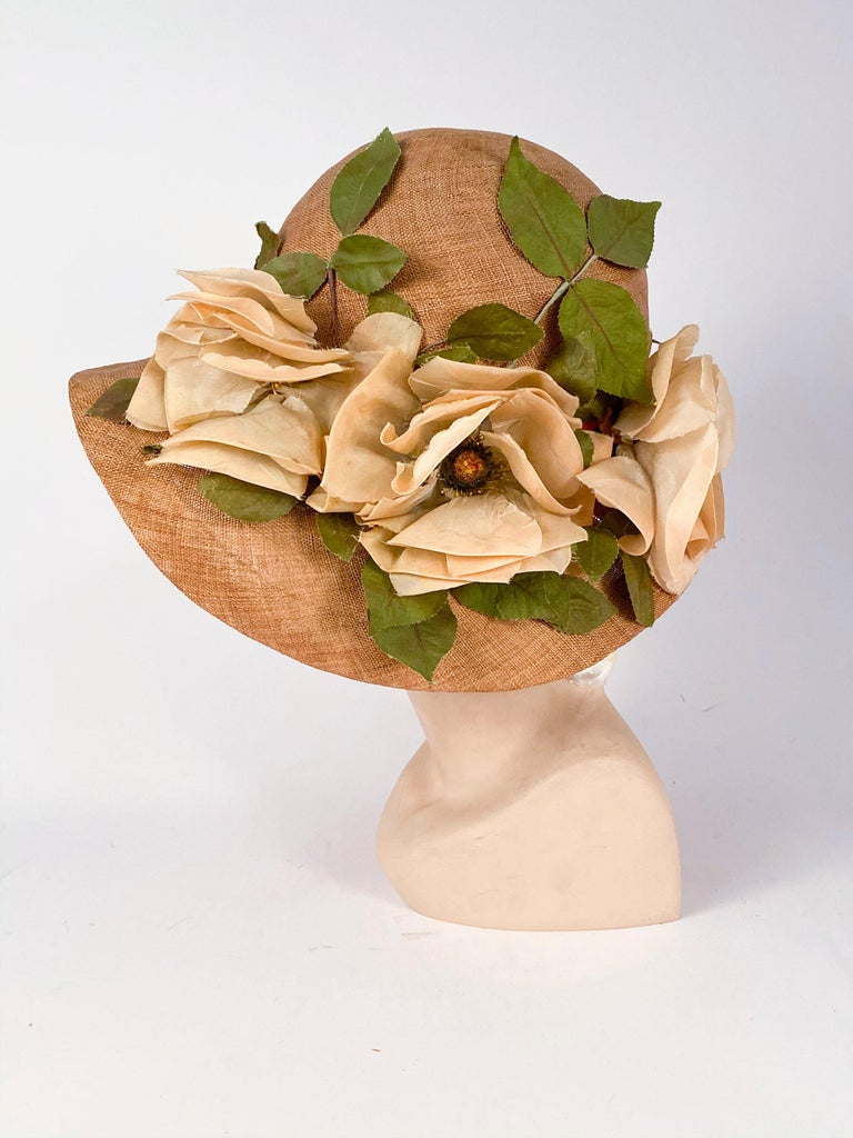 1920s Natural Straw Day Cloche With Silk Flowers In Good Condition For Sale In San Francisco, CA
