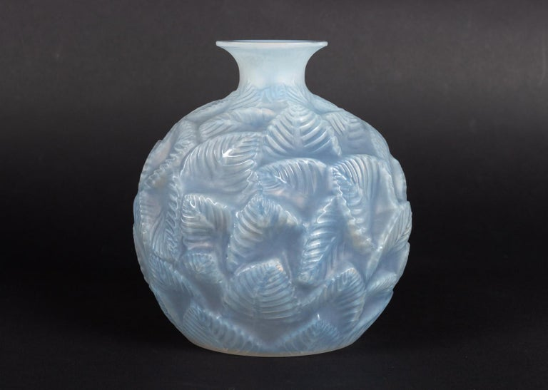 1926 René Lalique Ormeaux Vase in Cased Opalescent Glass with Blue Patina In Good Condition In Boulogne Billancourt, FR