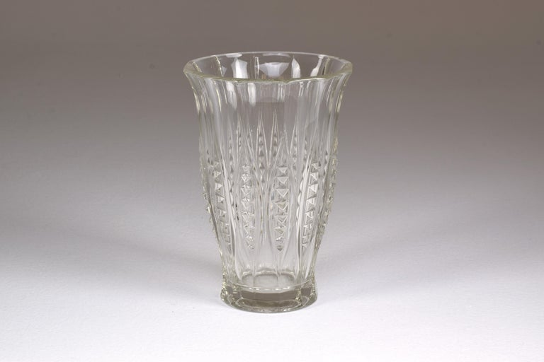 A cut crystal flower decorative vase, designed by Belgian designer Charles Graffart and showcased in the catalog of Val Saint-Lambert in 1935, for the LIXVAL series. It is designed with elegant diamond-cut shapes all around. Belgium, 1930s. Signed