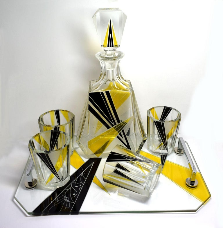Very high quality, collectable 1930s Art Deco Czech whisky decanter set. Features a classic shape decanter with six decent sized glass tumblers with matching tray. These classic sets are rare and a beautiful addition to any Deco collection. No