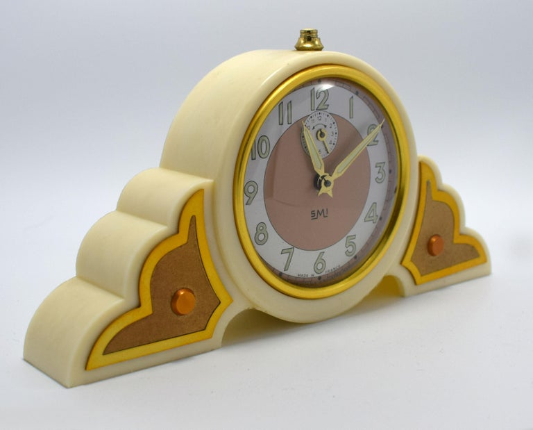 Very attractive 1930s Art Deco Ivory colored bakelite clock. Originating from France and made by SMI this wonderful clock is the epitome of Art Deco with its fabulous cloud shaped case. The clock works well and keeps good time as does the