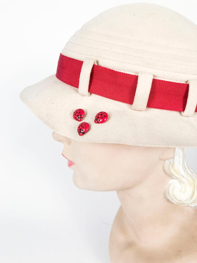 1930s Beige Felt Day Hat with Ladybug Buttons In Good Condition For Sale In San Francisco, CA