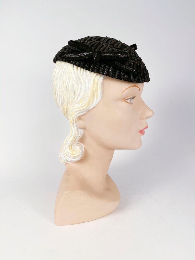 1930s Black Evening Hat With Raffia Decoration In Good Condition For Sale In San Francisco, CA