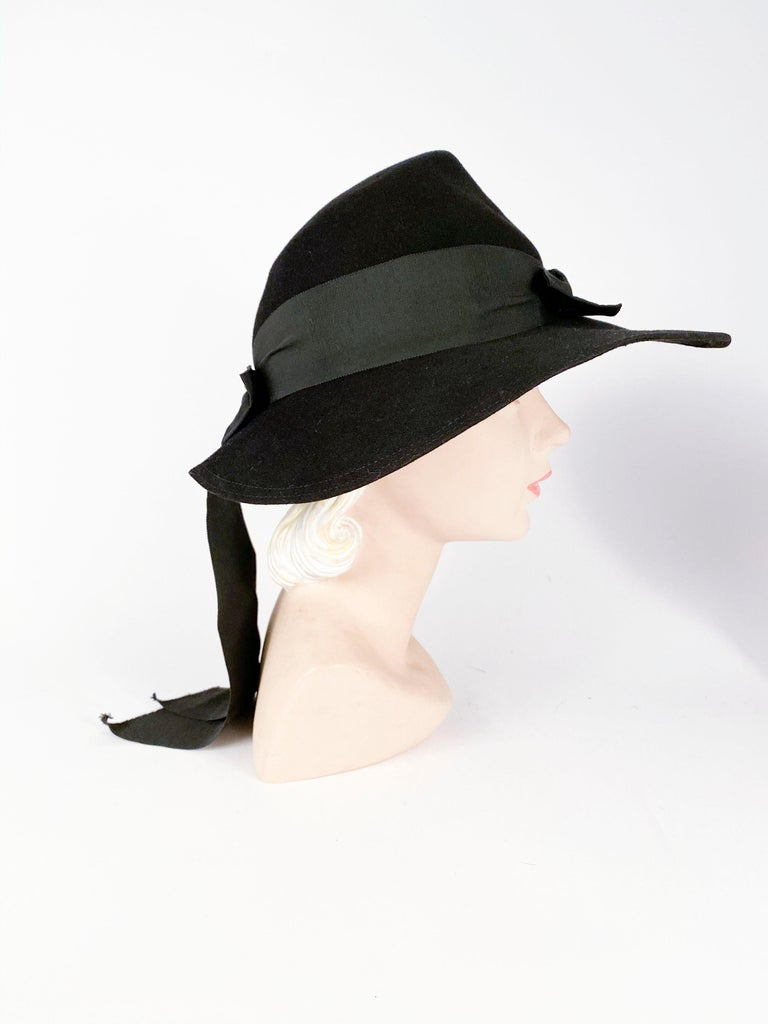 1930s Black Fur Felt Day Hat with Bow Accents In Good Condition For Sale In San Francisco, CA