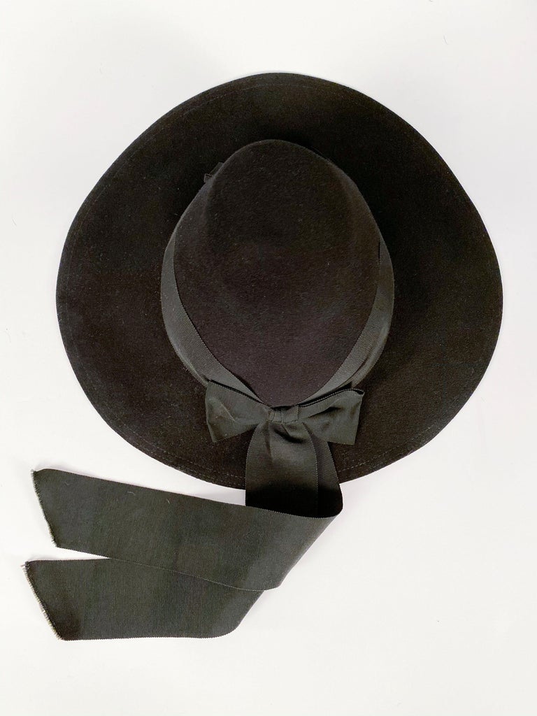1930s Black Fur Felt Day Hat with Bow Accents For Sale 1