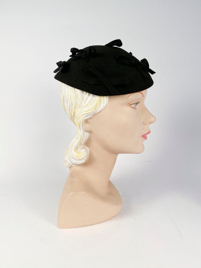 1930s Black Fur Felt Evening Hat with Bows In Good Condition For Sale In San Francisco, CA