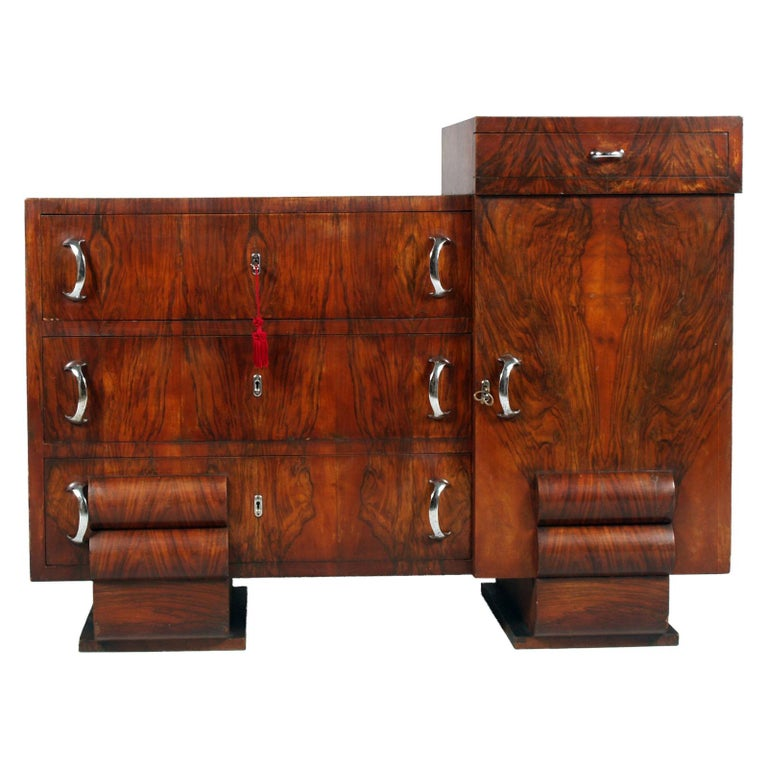 Very elegant 1930s chest of drawers in burl walnut, restored and wax polished from AR:CA Milano, designer Guglielmo Urlich. Original working locks and original chromed metal handles.