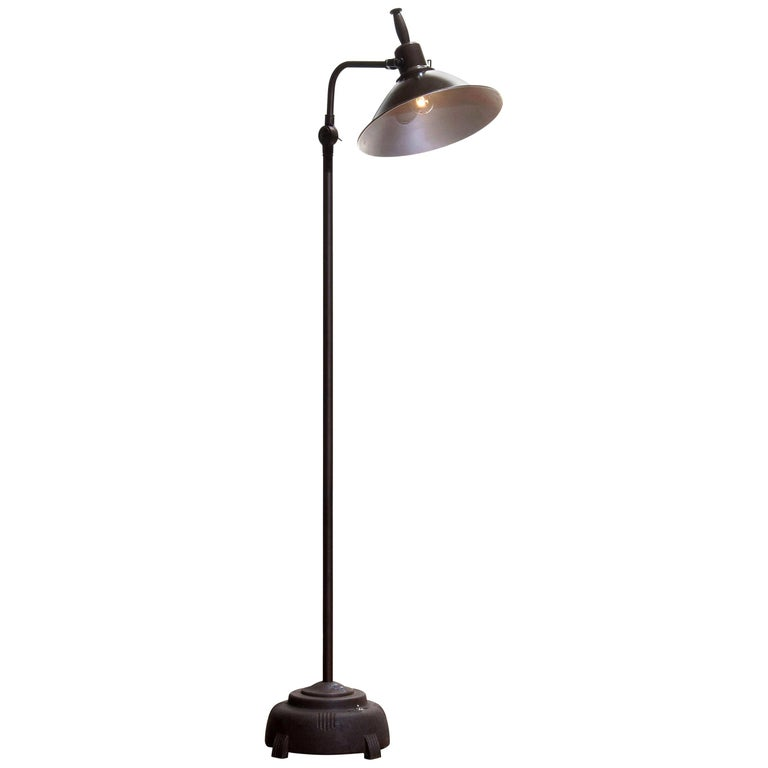 Absolutely amazing an in good condition Industrial floor lamp (formal sunlamp) from Faries Manufacturing MFG & Co. made in Illinois USA in brass or cast iron or aluminum! The lamp is newly wired and therefore suitable for 220 / 110 volts max. 100