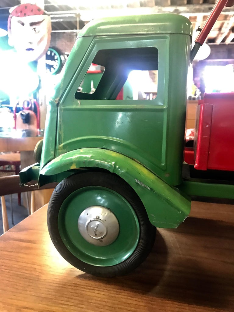 1930s Keystone Ride-Em Dump Truck,, Chairs Ride on Toy In Good Condition For Sale In Buffalo, NY