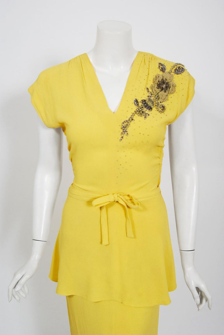 Vintage 1940's De Pinna of New York Lemon Yellow Rayon-Crepe Beaded Peplum Gown In Good Condition For Sale In Beverly Hills, CA