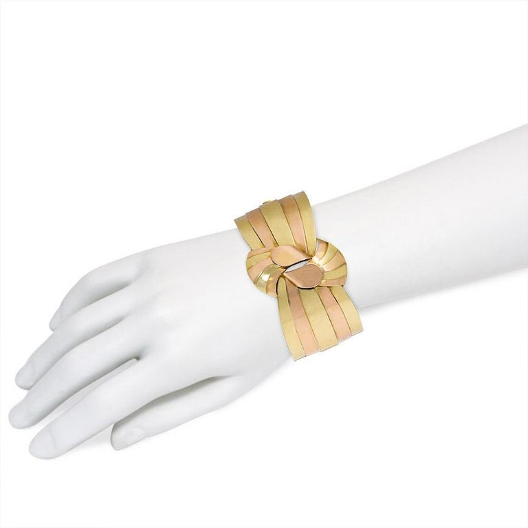 1940s French Two-Color Gold Stylized Bowknot Cuff Bracelet In Good Condition For Sale In New York, NY