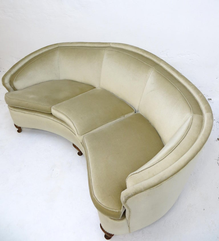 We offer you an Art Deco / Mid-Century Modern design sofa from Italy with a beautiful banana curved shaped  attributed to Gio Ponti.  This sofa is from high-class quality. The velvet-velour / velor fabric cover in fine, timeless and luxury beige is