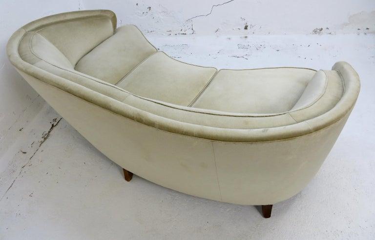 1940s Italian Modern Curved Vintage Design Sofa in Beige Velvet-Velour, 3-Seater For Sale 1