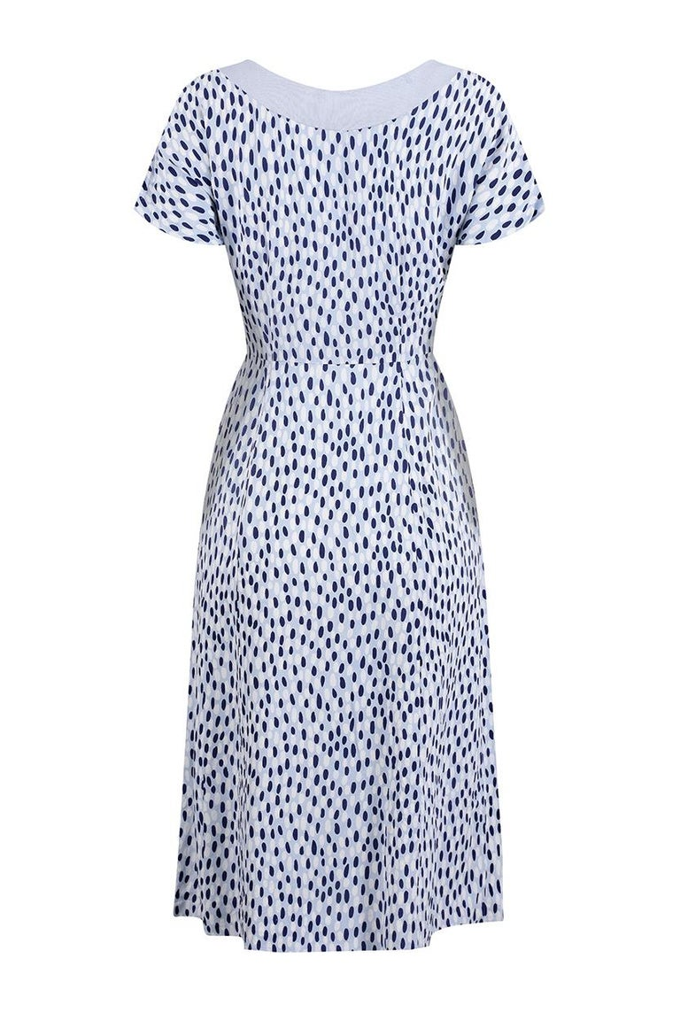 This charming 1940s pebble print dress in pale blue, navy and white is captivating in its simplicity and is in beautiful vintage condition. A tidy shift cut, this dress features a gentle scoop neckline trimmed in pale blue linen with subtle fluted