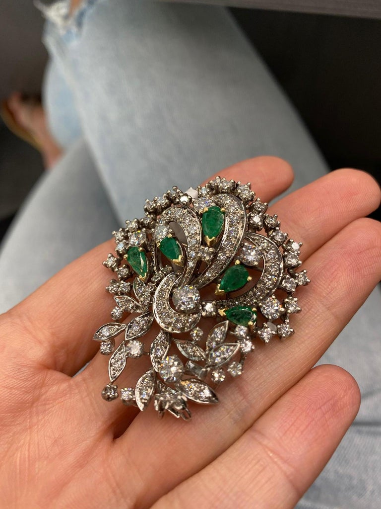 1940s Platinum, Diamond and Green Emerald Brooch In Good Condition For Sale In New York, NY